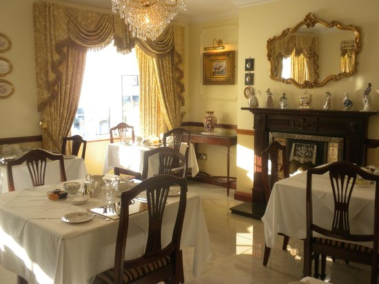 Petra House Bed and Breakfast: You could eat off the marble floors...Yes, it is this wonderful!