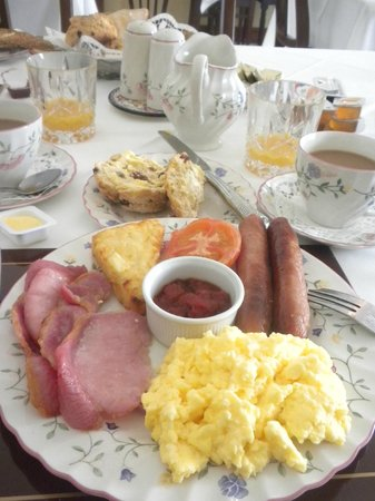 Petra House Bed and Breakfast: FULL Irish breakfast!! (and we left that way...)