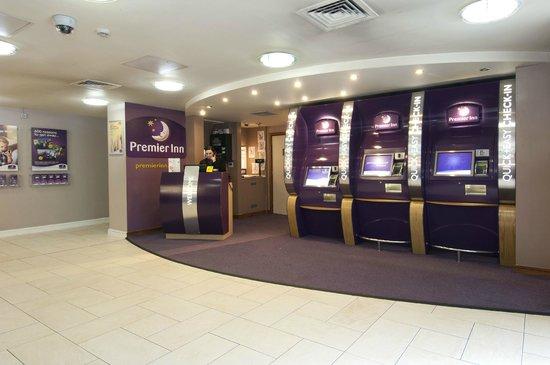 Premier Inn London Euston Hotel: Reception area and new kiosks