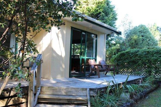 Kauri Coast Top 10 Holiday Park: Deck outside the unit