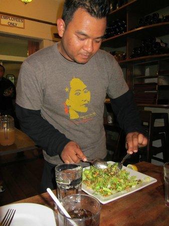 Burma Superstar Restaurant: Salat: erklärt und zubereitet am Tisch! Ein Muß!