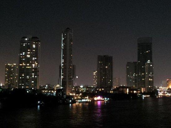 Chatrium Hotel Riverside Bangkok: at night over the river
