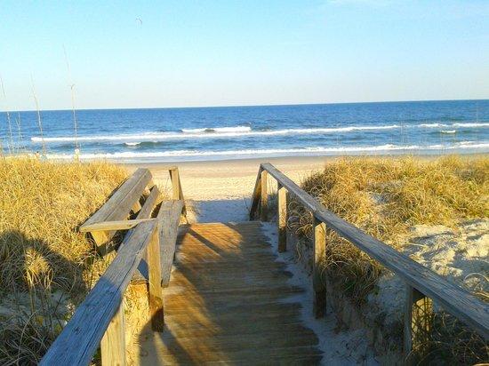 The Savannah Inn : Walkway to the beach