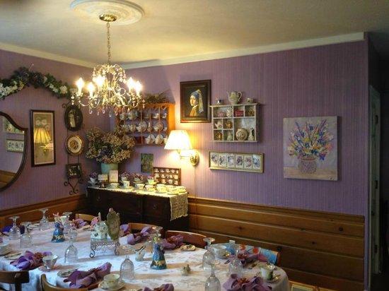 Emerald Necklace Inn: Dining Area
