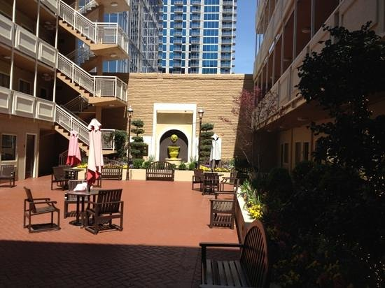 Inn at the Peachtrees: courtyard