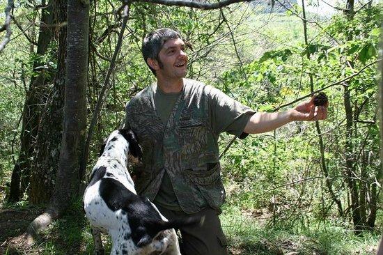 Agriturismo Ca' Solare: Matteo Bartolini, his truffle dog Sole, and a truffle.