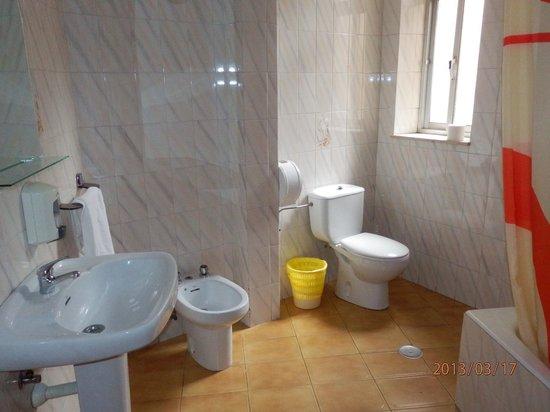 Pension Salamanca: Cuarto de baño con ducha, bañadera grande, radiador, bidet...