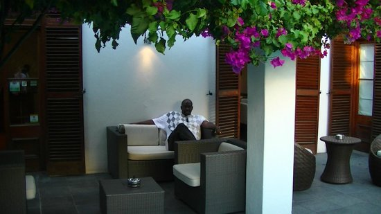 Dunkley House: Relaxing in the courtyard