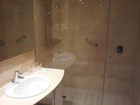 Hotel Gran Ultonia Girona: Amplio baño. A lo mejor en lugar de una ducha tan grande estaría bien tener bañera.