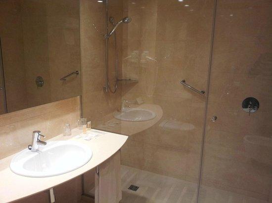 Hotel Gran Ultonia Girona: Amplio baño