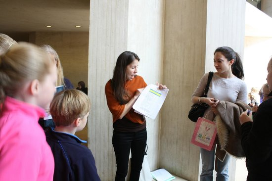 THATLou, Treasure Hunt at the Louvre : Daisy outlining the rules.