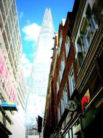 London Bridge Hotel: 再開発地域で、とにかく周りが工事だらけでした。