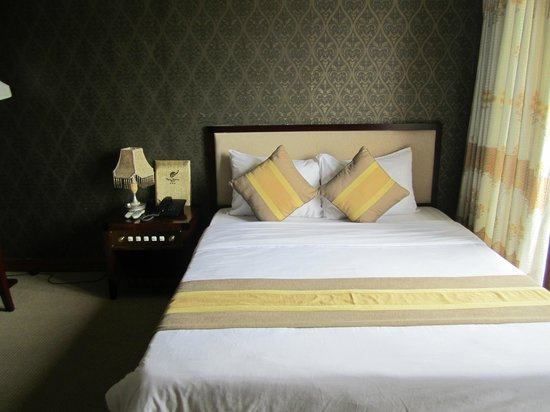 Ngoc Huong Hotel: View of the bed!