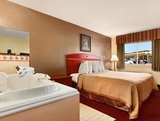 Days Inn Paintsville: Jacuzzi Suite