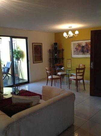 Peru Star Botique Apartments Hotel: A partir da sala, vista para uma agradável varanda.