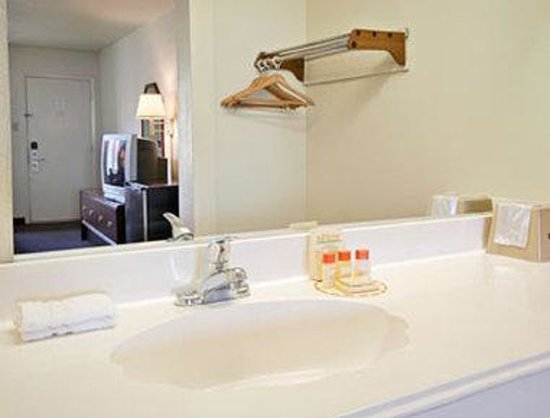 Americas Best Value Inn Conroe: Bathroom