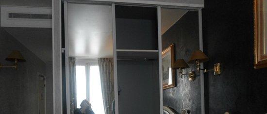 Hotel Plaza Elysees: Broken wardrobe
