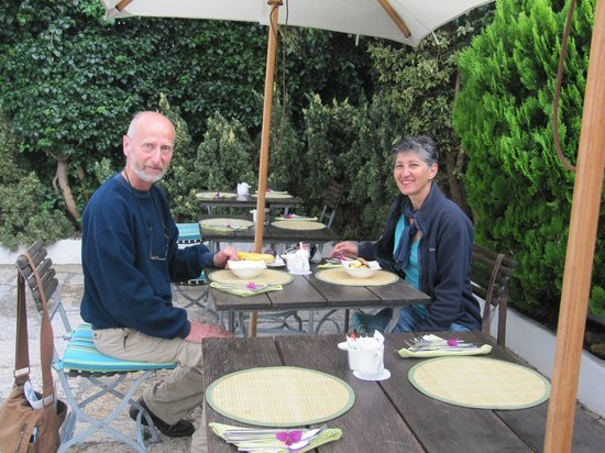 AfricanHome Guesthouse: Breakfast outdoors