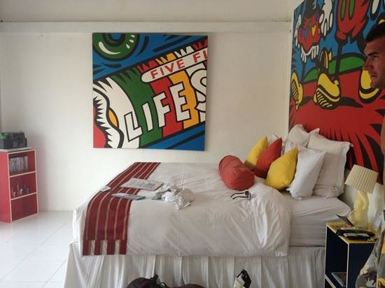 AKWA Guesthouse: bed and quirky canvas