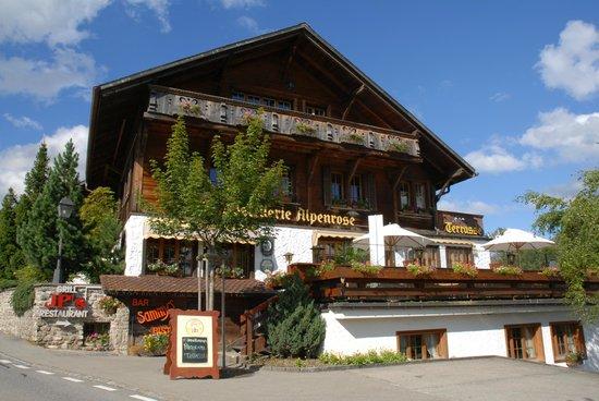 Hotel Alpenrose: Blumengeschmücktes Chalet