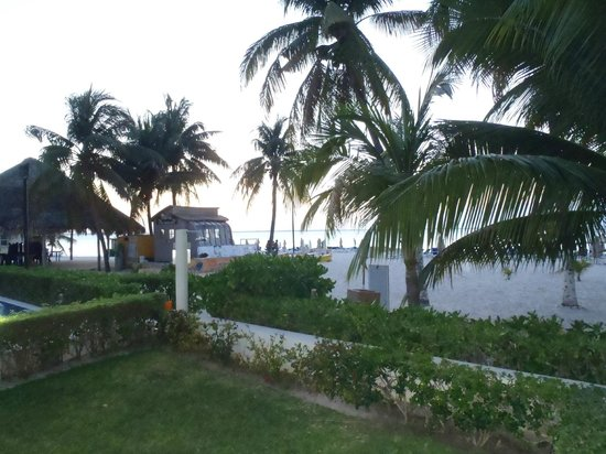 Ixchel Beach Hotel: Just a few steps to the pools and beach