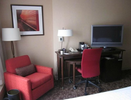 Sheraton Denver Downtown Hotel: Desk and TV