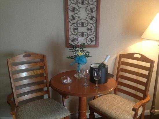 Best Western Chincoteague Island: surprise anniversary wine/taffy/flowers from the hotel!