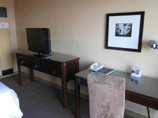 Sheraton West Des Moines Hotel : TV and Desk
