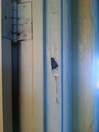 Daytona Inn Beach Resort: paint peeling..is this lead paint ??? please say no