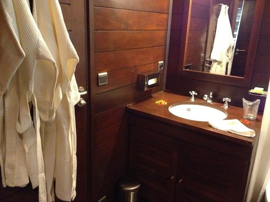 Anjajavy L'Hotel: washbasin and bathrobes