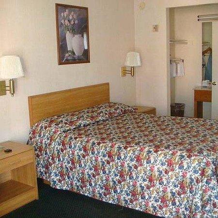 Economy Inn Motel: Economy Inn Slymar Bed