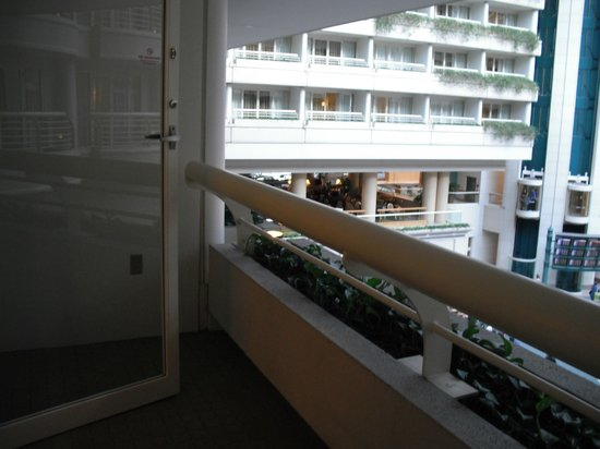 Hyatt Regency Orlando International Airport: Balcony of room 6042 looking into airport atrium