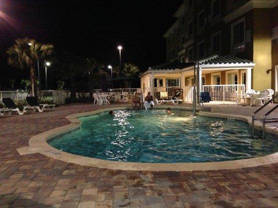 Country Inn & Suites by Radisson, Port Orange-Daytona, FL : Pool am Abend (es gibt sogar eine Barbecue-Area im hinteren Bereich)