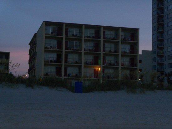 Gazebo Inn Ocean Front: in the evening