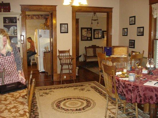 Ashley-Drake Historic Inn and Gardens : Dining Room