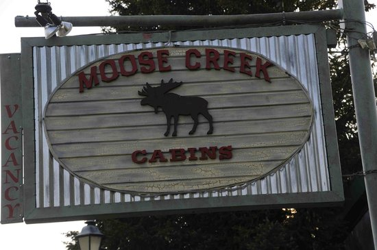 Moose Creek Cabins and Inn: cartello