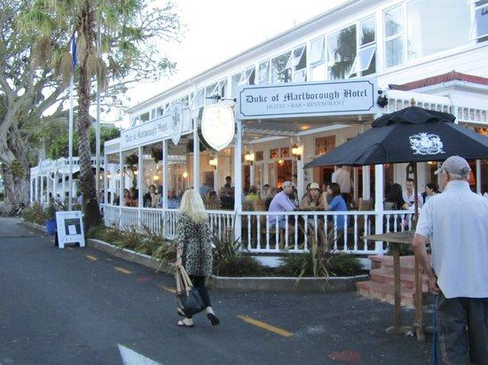 ذا ديوك أوف مارلبورو هوتل: Busy outside restaurant at easter