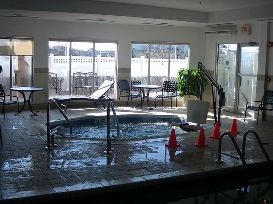 Hilton Garden Inn Riverhead: Jacuzzi with handicap chair