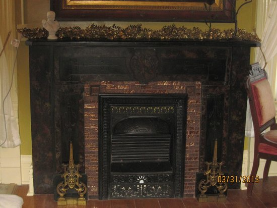 Shakespeare Chateau Bed & Breakfast: Fireplace