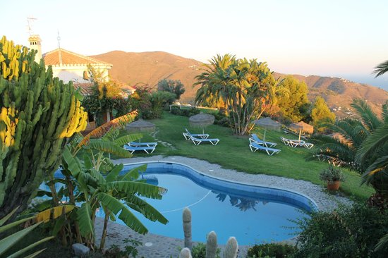 Cortijo de la Luna: The pool and garden