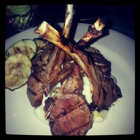 Hemingways Bar and Grill: lamb chops ;)
