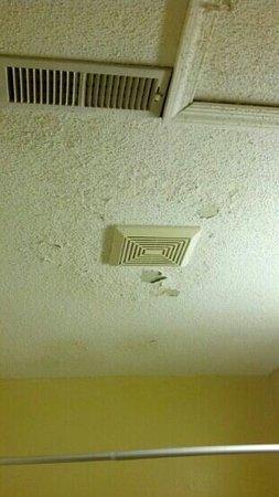 Rodeway Inn & Suites Newport News: the bathroom ceiling in room 102