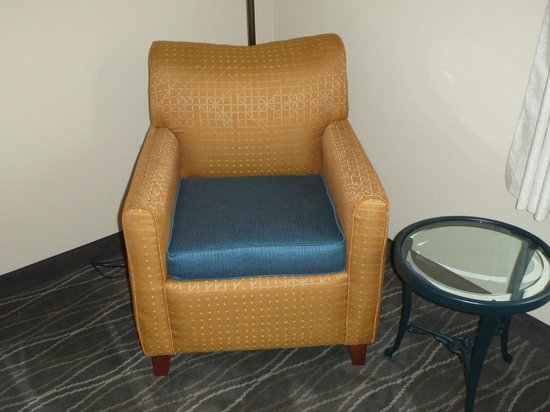 Hilton Garden Inn Houston / Bush Intercontinental Airport: The funny stiff chair with the blue cushion