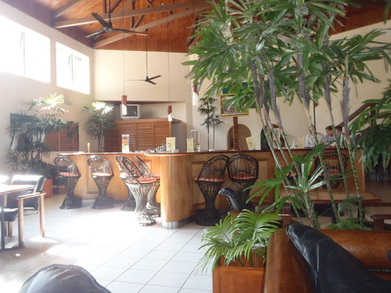Bedarra Beach Inn: the bar where happy hour is on