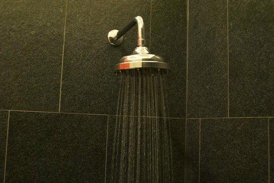 Bleu Blanc - Hotel Boutique: shower