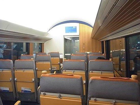 Odakyu Limited Express Romancecar: 明るい車内