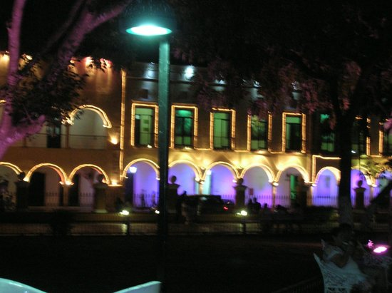 Casa Hamaca Guesthouse: Valladolid Square at night