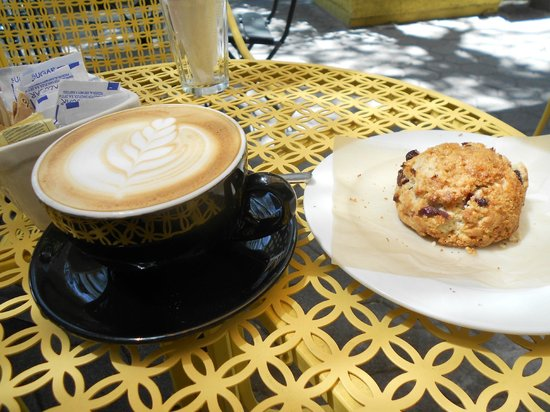 Caffe Biscottino : Latte and thick Oatmeal cookie