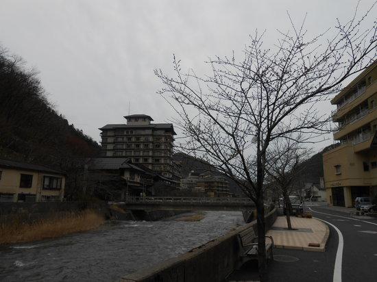 Atsumi Onsen: 川沿いの温泉街