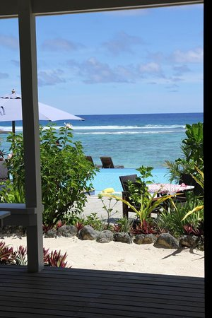 Manuia Beach Resort: View from our bed in beachfront room 6.